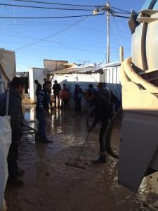 140123 ②大雨で冠水した道で排水作業を行うJENスタッフ