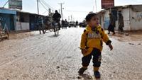極寒の難民キャンプに訪れる暖かい冬の知恵